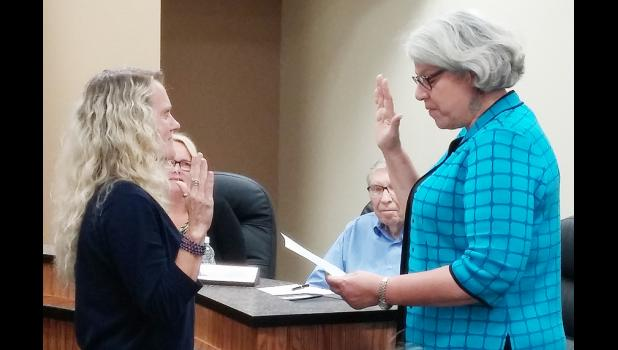 Kate Kohorst (right) takes the oath of office as mayor from city clerk Jane Smith.  Kohorst was appointed mayor to fill out the term of Gene Gettys, Jr., who recently resigned after being hired as city administrator.  (Photo courtesy Amy Barrett, HMU)